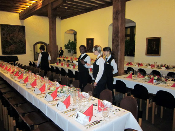 Servicekräfte an Tisch