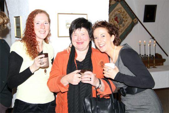 Drei Frauen lächeln in die Kamera