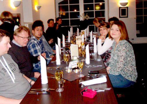 Gruppe an Tisch