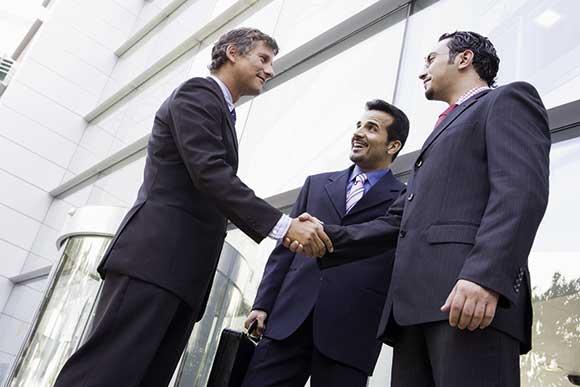 Businessmänner geben sich die Hand