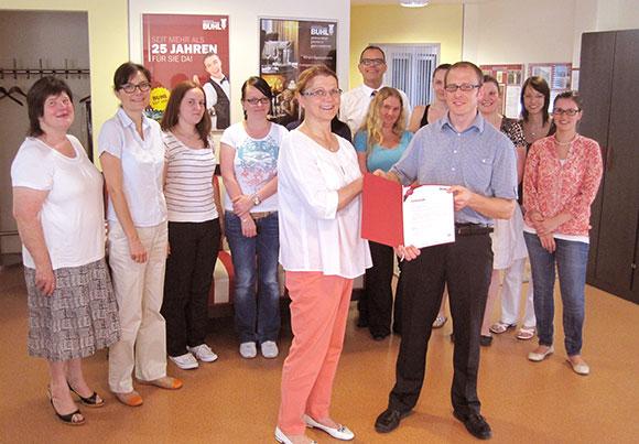 Gesellschafterin Charlotte Buhl und Geschäftsführer Richard Wagner gratulierten und bedankten sich mit der BUHL-Treue-Urkunde sowie einer Jubiläums-Zuwendung