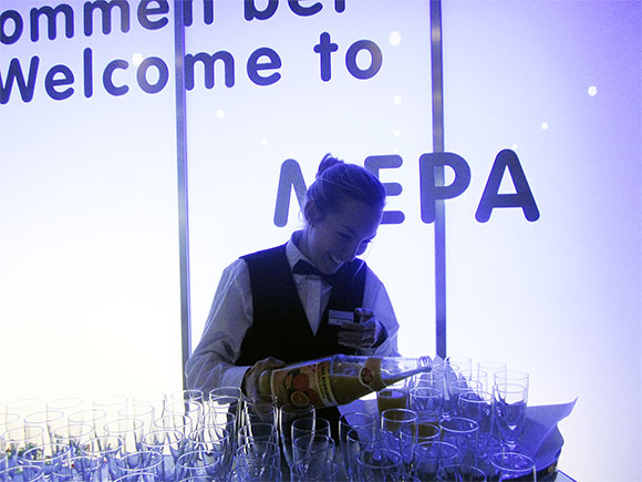 Kellnerin an Bar schenkt Getränke aus