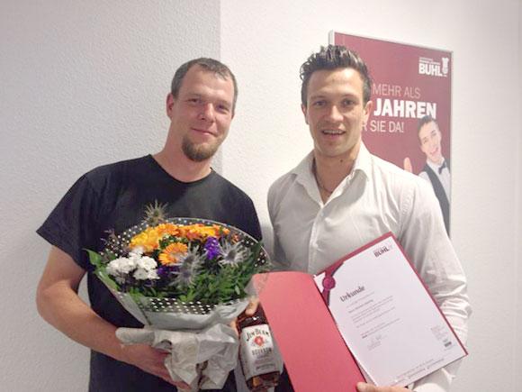 David Lukowski (rechts), Fachbereichsleiter Küche in Dortmund, gratuliert Herrn Richard Hauling zum Jubiläum