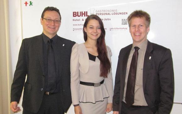 Herr Ulf Lampke, Mitglied der Geschäftsleitung, (links) und Herr Andreas Fritz, Regionalleiter (rechts) gratulieren Frau Hennefeld zur Beförderung