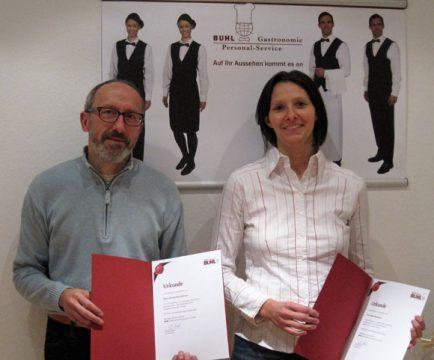 Herr Rechtsteiner und Frau Braungart freuen sich über ihr fünfjähriges Firmenjubiläum.