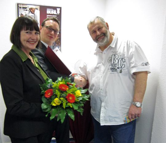 Ulf Lampke (Mitte) und Christina Segeth gratulieren Herrn Meierewert (rechts) zum Jubiläum