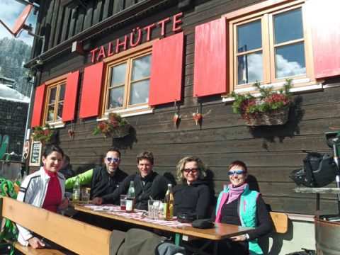 Gäste im Freien bei Talhütte