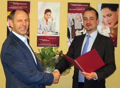 Der Niederlassungsleiter für Köln-Leverkusen, Herr Mario Sander (rechts) gratuliert Herrn Siegel zum Jubiläum.