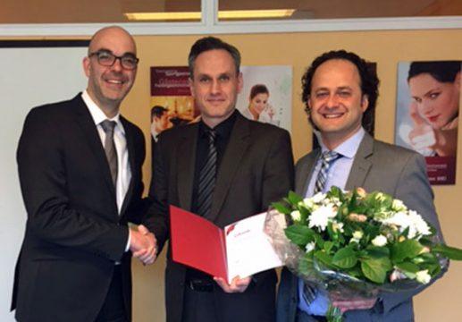 Gratulation: Geschäftsführer Matthias Recknagel, Jubilar Dani Alajbegovic und Regionalleiter Eren Barlik.