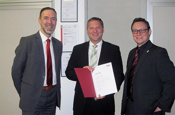 Regionalleiter Paul Müller (l.) und Ulf Lampke, Mitglied der Geschäftsleitung (r.), gratulieren Markus Gremminger zum Jubiläum