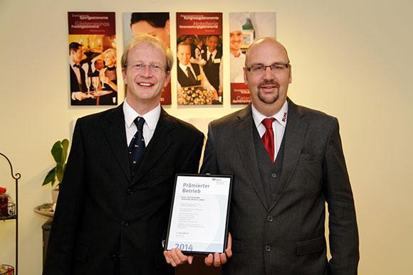 Ulrich Müller (l.), Leiter Personal/Administration & Recht, und Maurice Mataré (r.), Leiter Qualitätsmanagement, freuen sich über die BGN-Urkunde