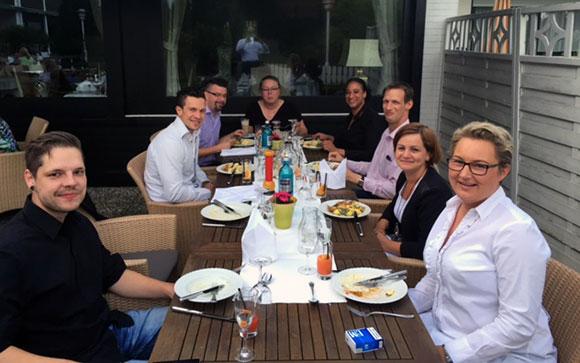 Gäste draußen am Restaurant