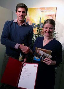 Regionalleiter Martin Öhlhorn (Augsburg) beglückwünscht Ricarda Diener zum 5-Jährigen