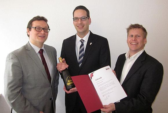 Lars Schmitt aus Mannheim wird von Ulf Lampke und Andreas Fritz für 5 Jahre treue Dienste geehrt