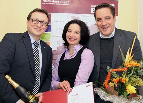 Ulf Lamkpe, MGL (links), und Regionalleiter Daniel Habibi-Naini (rechts) gratulieren herzlich zum 5-Jährigen: Roswitha Martin, Fachbereichsleiterin Service in Trier