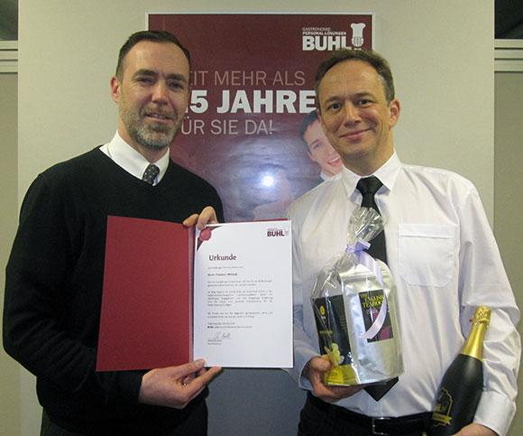Regionalleiter Paul Müller (l.) ehrt seinen Mitarbeiter Frederic Mitzkat (r.) zum Jubiläum in Stuttgart