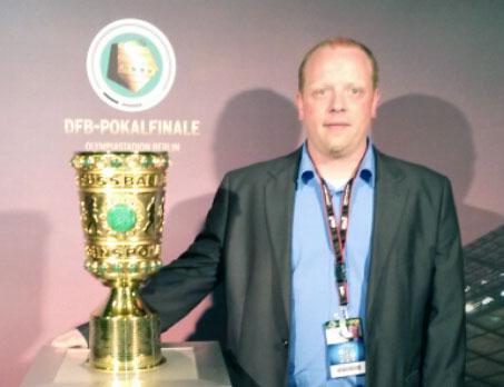 Benjamin Speidel, BUHL-Fachbereichsleiter, mit dem begehrten Pokal