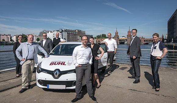 Unser internes Team aus Berlin vor der Oberbaumbrücke