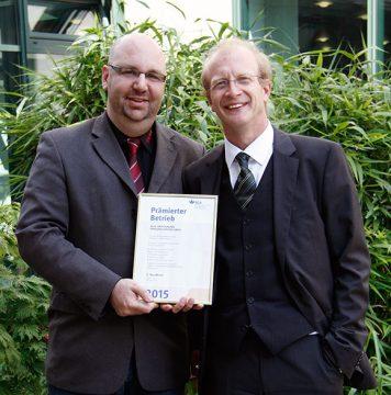 Maurice Mataré (l.), Leiter Qualitätsmanagement, und Ulrich Müller (r.), Leiter Personal/Administration & Recht, freuen sich über die BGN-Urkunde
