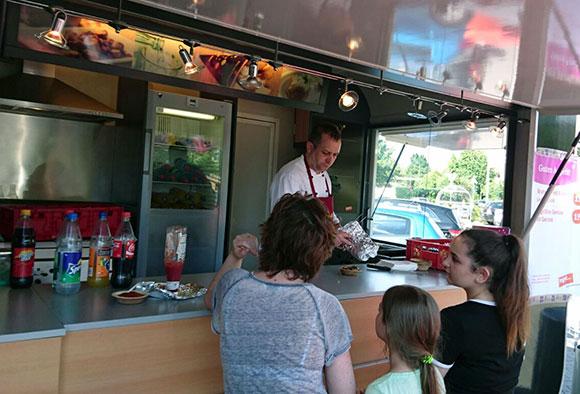 Unser Mitarbeiter aus Kassel bei der Neueröffnung eines Marktes mit der Tegut Kochwerkstatt