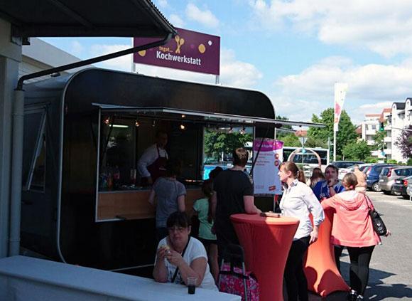 Im mobilen Grill-Verkaufswagen im Retrodesign werden leckere Spezialitäten für einen guten Zweck gegrillt