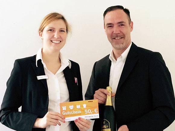 Herr Paul Müller, BUHL-Regionalleiter für Stuttgart, Ulm und Reutlingen, bedankte sich bei Frau Alwina Fischer (Klüh Catering, Stuttgart) für die gute Zusammenarbeit.