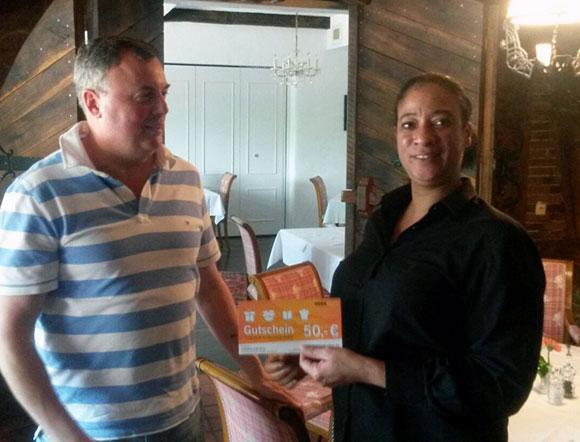 Frau Namina Schardt, Personaldisponentin Service in unserer Niederlassung Bielefeld, bedankt sich bei Herrn Ralf Poth vom Hotel Grotehof in Minden für seine Teilnahme.