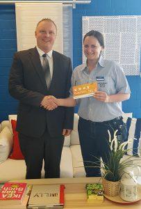 Frau Julia Orlowski im Hause IKEA Kiel freut sich über den Gewinn, überreicht durch Herrn Felix Dinse, Personaldisponent Küche in unserer Niederlassung Kiel.