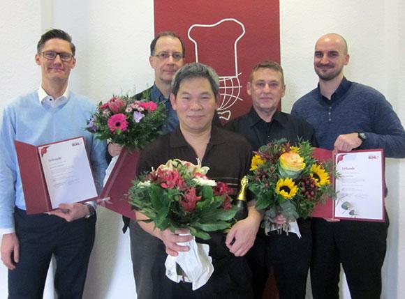 10 Jahre BUHL: Regionalleiter Holger Kraatz (ganz links) und Dennis Grade (Personaldisponent Service, ganz rechts) gratulieren Herrn Linde (2.v.l.), Herrn Pham (Mitte) und Herrn Bauer (2.v.r.)