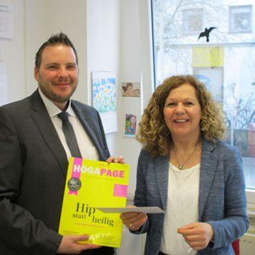 Herr Dennis Euler, Niederlassungsleiter in Mainz, bedankt sich bei Frau Birgit Meyer-Höflich von der gpe GmbH in der Integrierten Gesamtschule Anna Seghers in Mainz