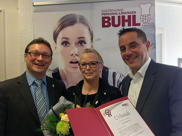 Geschäftsführer Ulf Lampke (l.) und Regionalleiter Daniel Habibi-Naini (r.) freuen sich mit Nadine Brumm über 5 Jahre BUHL