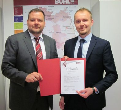 Seit 5 Jahren bei BUHL: Sebastian Geyer (r.). Regionalleiter Michael Laudenbach (l.) gratuliert sehr herzlich