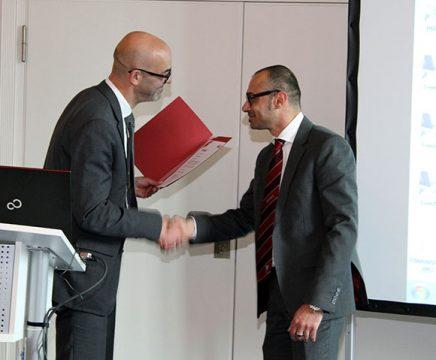 Herzliche Gratulation auch für Volkan Bahceci (r.), Niederlassungsleiter aus Düsseldorf