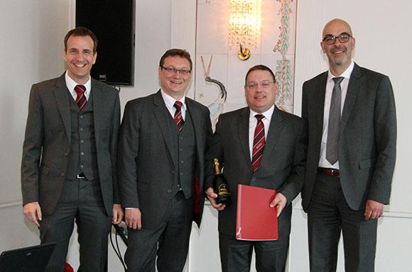 Die Geschäftsführer Georg Graf (ganz links), Ulf Lampke (2.v.l.) und Matthias Recknagel (r.) gratulieren zum 5-jährigen BUHL-Jubiläum: Daniel Ibscher aus Bremen (2.v.r.)