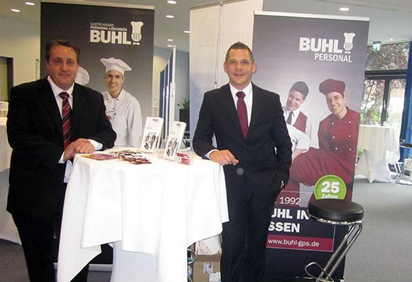 """Christian Götz (l., Fachbereichsleiter Küche in Bochum) und Alexander Rally (r., Fachbereichsleiter Küche in Essen) vertraten BUHL bei der Messe """"Arbeitgeber trifft Flüchtling"""" im Kompetenzzentrum für Flüchtlinge an der Weststadt Akademie GmbH"""