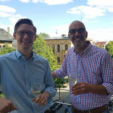 """Herzlichen Glückwunsch zu """"10 Jahre BUHL""""! Geschäftsführer Matthias Recknagel (r.) war extra von Düsseldorf nach Berlin gefahren, um persönlich zu gratulieren"""