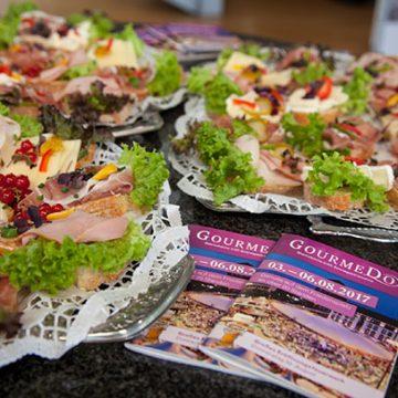 Diverse Speisen auf Tellern GourmeDo