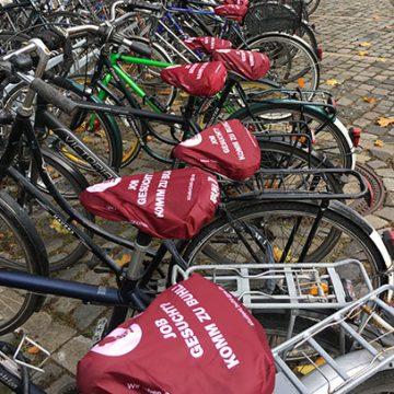 Münster wird BUHL-rot! 1000 Fahrradsattel-Schoner mit der Kochmütze wurden vor kurzem vor der Uni in Münster verteilt
