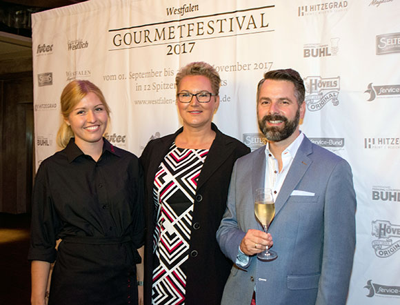 Ronja Uhrmacher, BUHL-Regionalleiterin (Mitte) mit Marcus Besler vom Westfalen Institut und einer BUHL-Mitarbeiterin bei der Eröffnungsveranstaltung des Westfalen Gourmetfestivals 2017