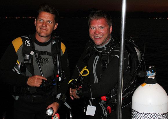 Markus Gremminger (r.) gemeinsam mit einem Schüler bei den Vorbereitungen zu einem Nachttauchgang