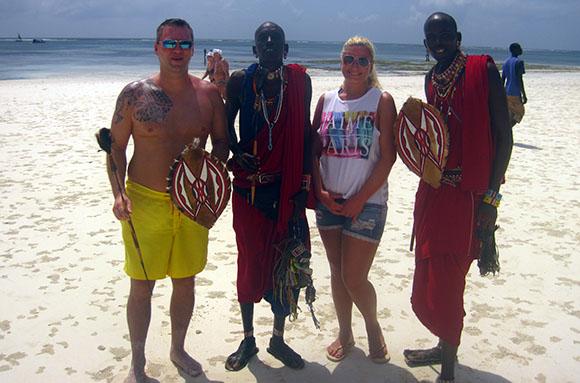 Muto und Ukele, zwei Massai in Kenia, die den Tauchern nach einer (Land-)Safari die schönsten Strandabschnitte zeigten