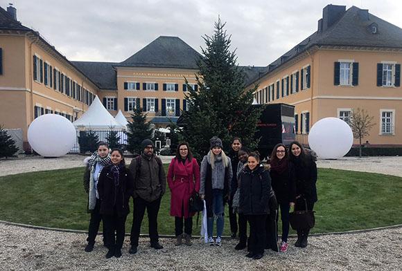 Das Mainzer Team um Fachbereichsleiterin Karolína Krejčová (4. v.links) vor Schloss Johannisberg im Rheingau