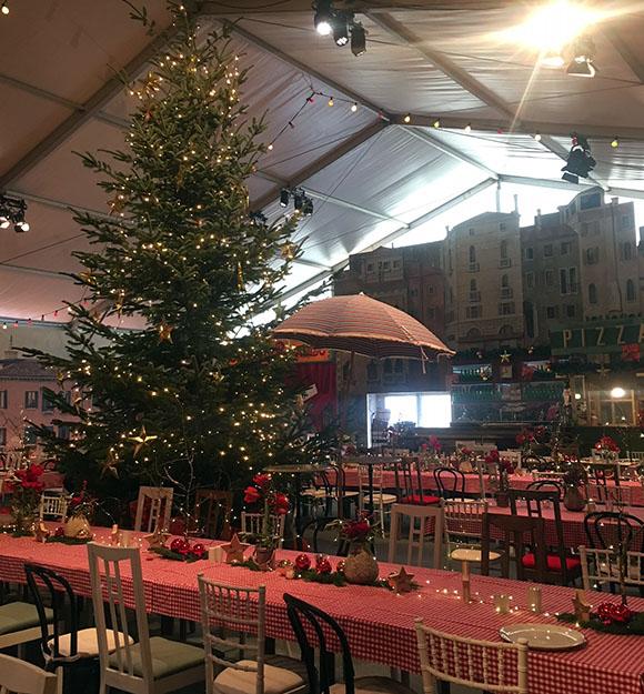 Weihnachtliche Stimmung mit Tannenbaum und Kerzenlicht bei der Ferrero-Weihnachtsfeier auf Schloss Johannisberg