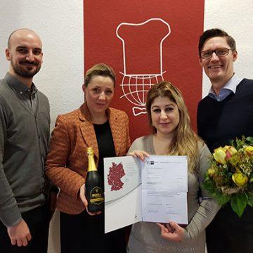 egionalleiter Holger Kraatz (r.), Fachbereichsleiterin Jacqueline Schulz (2.v.l.) und Personaldisponent Dennis Grade (l.) gratulieren zum erfolgreichen Abschluss.