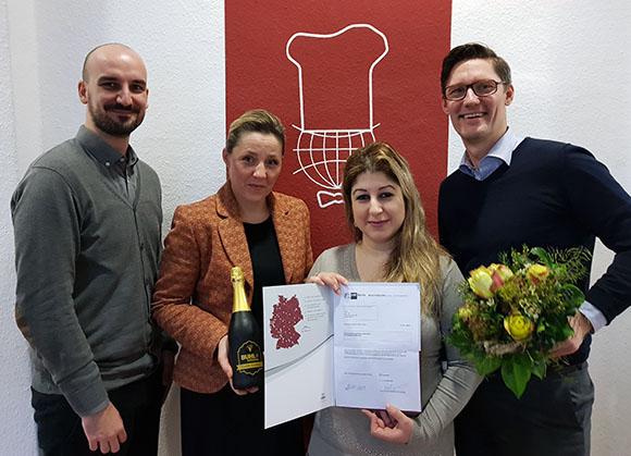 Regionalleiter Holger Kraatz (r.), Fachbereichsleiterin Jacqueline Schulz (2.v.l.) und Personaldisponent Dennis Grade (l.) gratulieren zum erfolgreichen Abschluss
