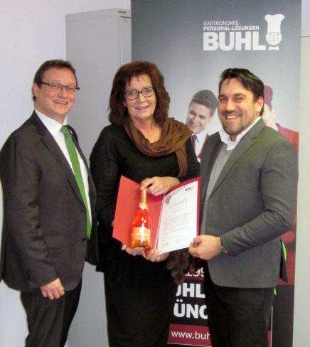 Andrea Fottner ist seit 5 Jahren bei BUHL. Geschäftsführer Ulf Lampke (l.) und Niederlassungsleiter Martin Gular (r.) gratulieren