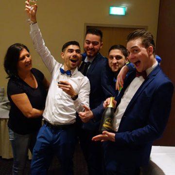 Mitarbeiter beim Feiern
