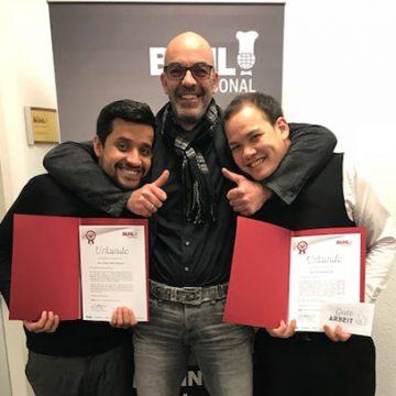 Sergio Castillo Martinez (l.) und Daniel Steger Wai (r.) feierten zeitgleich ihr 5-Jähriges. Geschäftsführer Matthias Recknagel hält beide Daumen hoch
