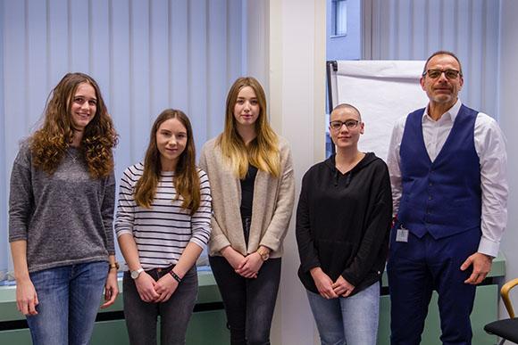 Emelie Müller (Mitte) wurde von Richard Wagner (Geschäftsführer BUHL Lohn) und den anderen Auszubildenden willkommen geheißen