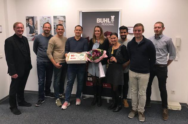 Das Team der Niederlassung Essen mit Jubilarin Jessica Barlik-Luce (Mitte) und Regionalleiter Thorsten Purrucker
